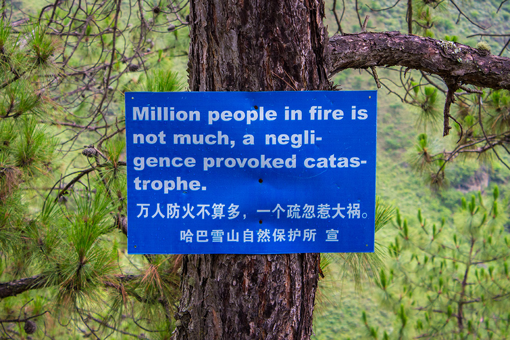 Sign at Tiger Leaping Gorge about people in fire