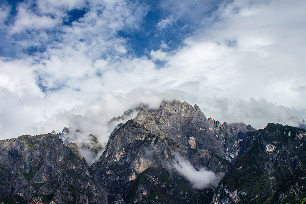 View on mountain range in Tiger Leaping Gorge