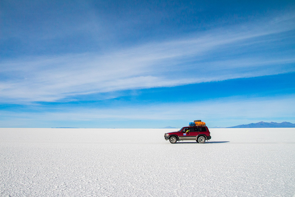 4x4 car on Uyuni saltflat